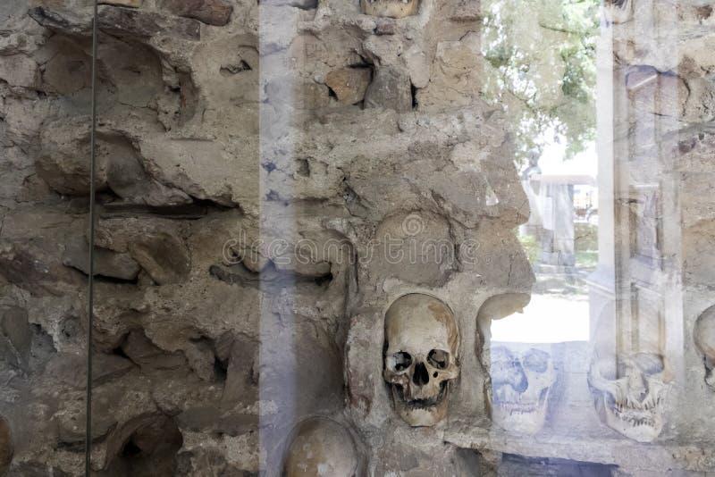 Czaszki wierza Cel Kula- budował od 3000 czaszek nieżywi Serbscy wojownicy po powstania w 1809 w mieście Nis, Serbia zdjęcie royalty free