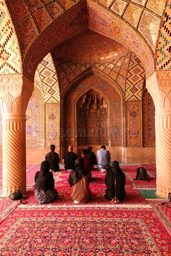 Czciciele ono modli się w meczecie, Isfahan, Iran zdjęcia royalty free