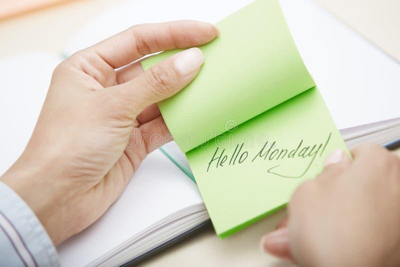 Cześć Poniedziałku tekst na adhezyjnej notatce zdjęcia royalty free