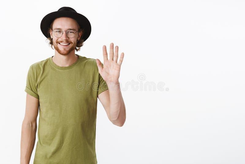Cześć ładny spotykać ciebie Portret przystojny i charyzmatyczny młody kreatywnie męski newbie w biurowej falowanie ręce w cześć obraz stock