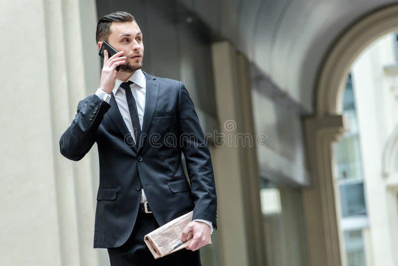 Cześć! Cześć! Ufna biznesmen pozycja w rozmowie i ulicie obrazy stock