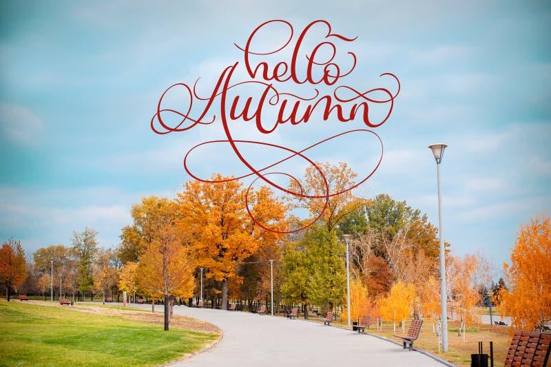 Cześć jesieni kaligrafii literowania tekst na jesieni scenerii Parkowa aleja z krzakami i drzewami na Zielonej trawie zdjęcia royalty free
