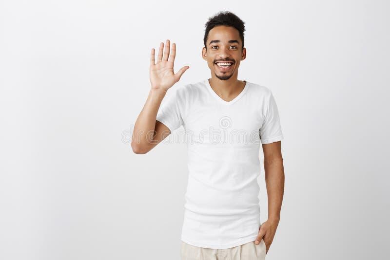 Cześć, jestem newbie, ładnym spotykać ciebie Portret przyglądający pozytywny afrykański chłopak w kauzalnym odziewa, podnoszący fotografia royalty free