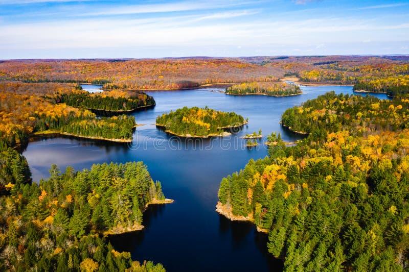 Cześć kąta widok wyspa otaczająca jeziorem i lasem zdjęcie royalty free