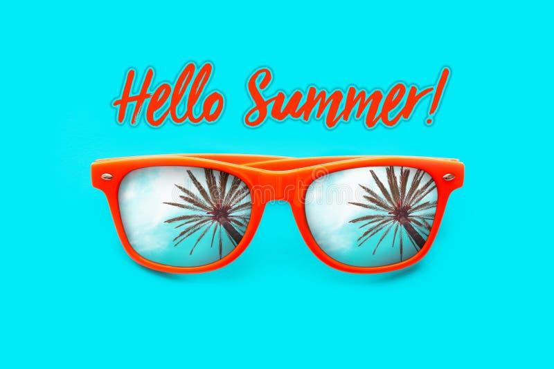 Cześć lato teksta Pomarańczowi okulary przeciwsłoneczni z drzewek palmowych odbiciami odizolowywającymi w intensywnym cyan tle Mi royalty ilustracja