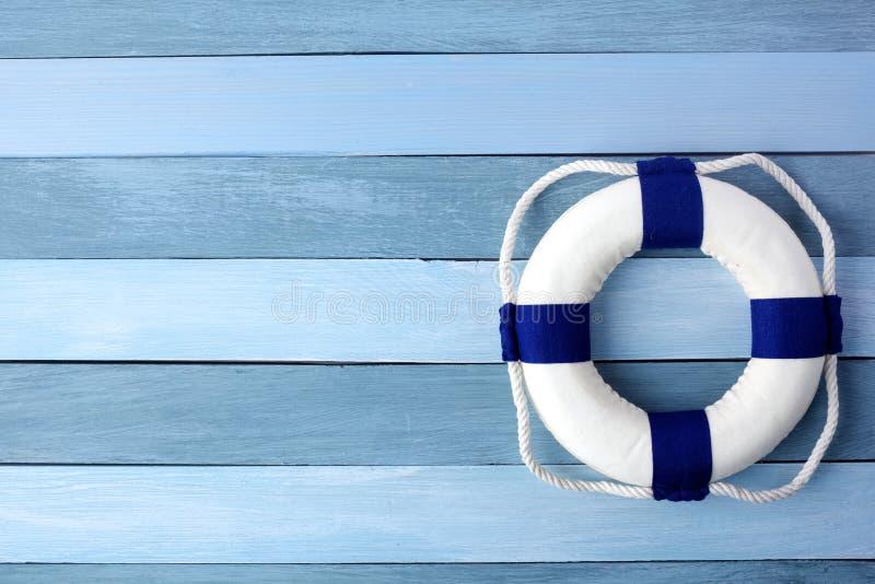 Cze?? lata t?o Lifebuoy na drewnianej t?o teksturze Odbitkowa przestrze? dla teksta fotografia stock