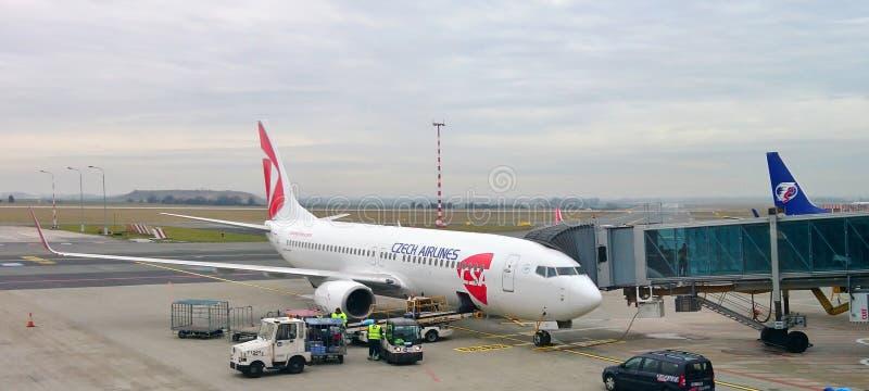 Czech Airlines hebluje przy bramą Vaclav Havel lotnisko Praga obraz stock