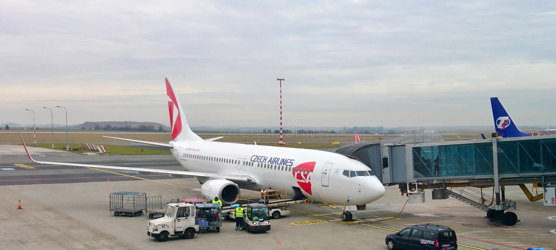 Czech Airlines-vliegtuig bij de poort van Vaclav Havel Airport Prague stock afbeelding