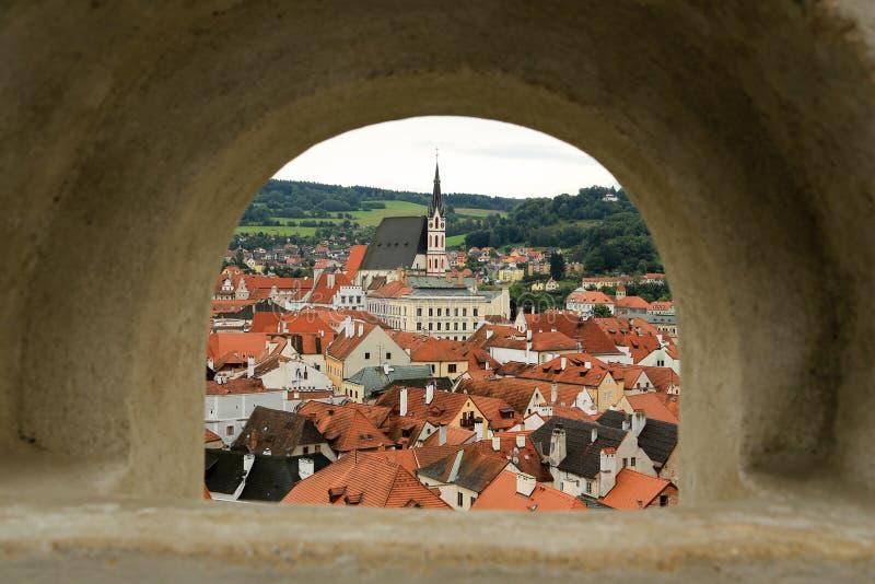 Czech Krumlov przez łuk fotografia stock