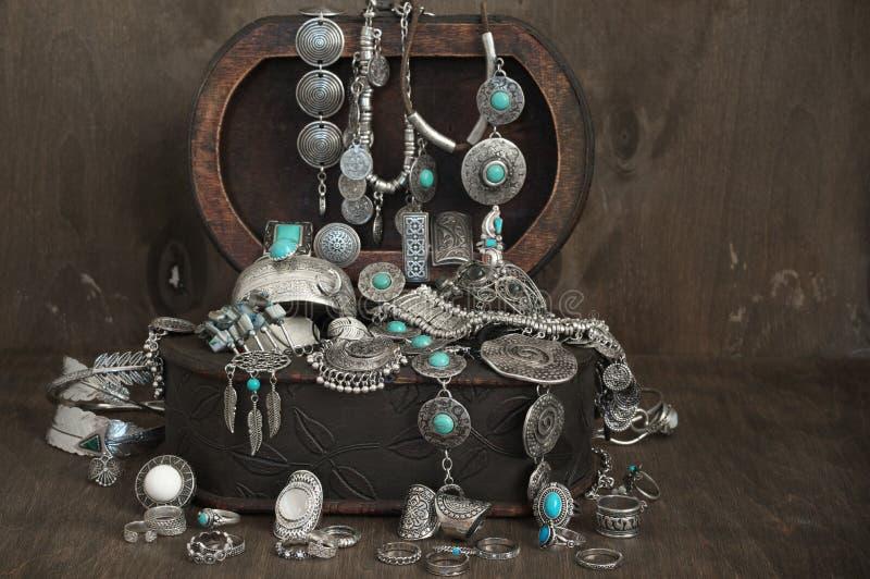 Czech stylowa biżuteria ustawiająca w pudełku obrazy royalty free