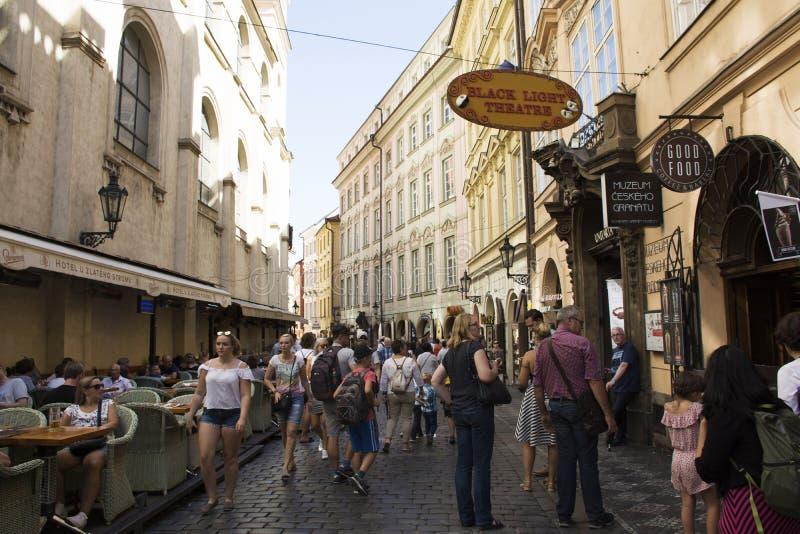 Czechia人和外国人在小胡同的旅客走和参观 免版税库存图片