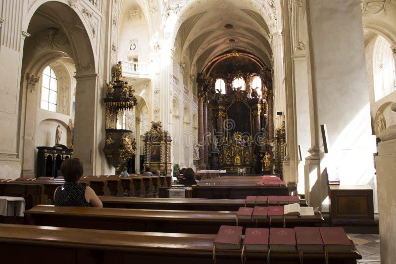 Czechia人和外国人旅客参观和祈祷的神教会St救主或Salvator的 库存图片
