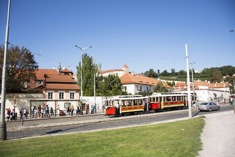 Czechia人和外国人旅客在布拉格,捷克使用减速火箭的电车轨道 库存图片