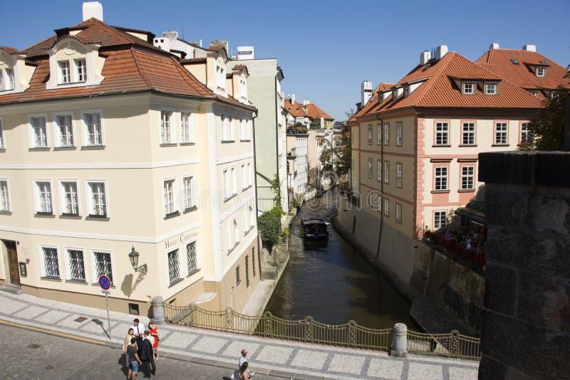 Czechia人和外国人旅客由在伏尔塔瓦河河运河的观光的巡航访问PragueÂ的威尼斯  免版税库存照片