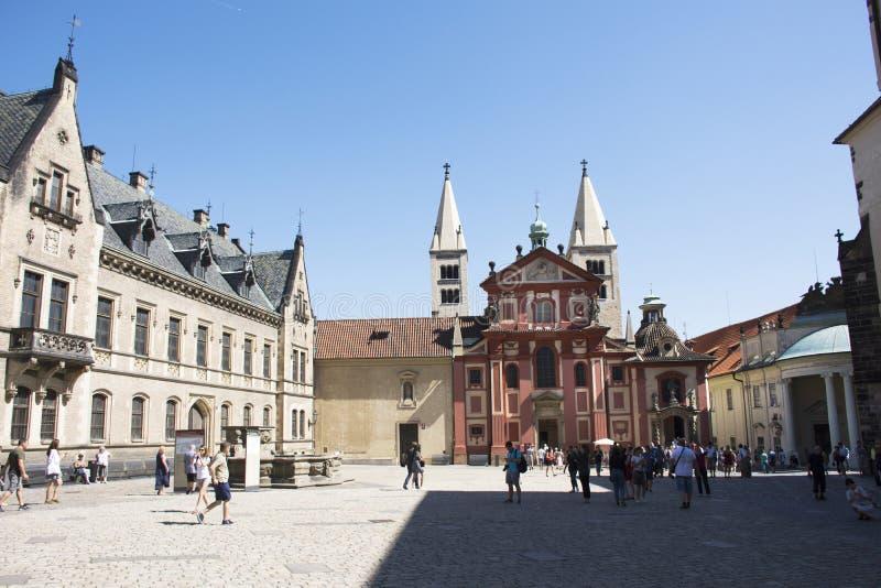 Czechia人和外国人旅客走的参观和旅行圣乔治` s大教堂 免版税库存照片