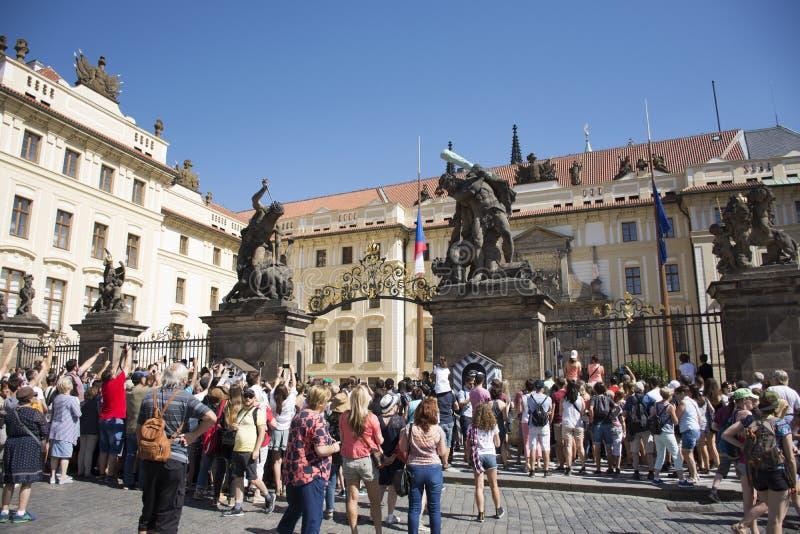 Czechia人和等待参观和注视着改变卫兵布拉格城堡门前面的外国人旅客  免版税库存照片