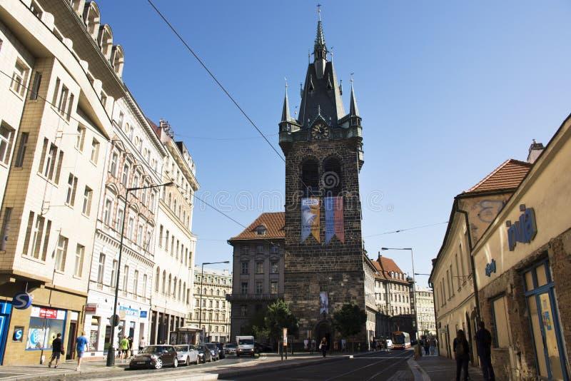 Czechia人和走外国人的旅客和参观亨利` s钟楼或者Jindrisska塔 库存图片