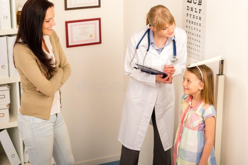 czek dziewczyny wzrosta miara medycznego pediatrist medyczny fotografia royalty free