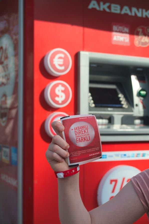 Czek od ATM jest w kobiety ręce zdjęcia stock