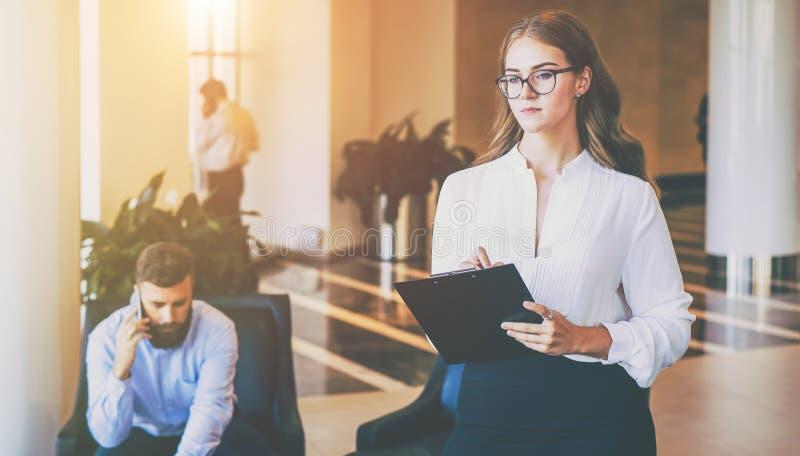 Czek pieniężna aktywność przedsięwzięcie Kobieta stojaki i robią inwentarzowi Bizneswoman trzyma schowek obraz royalty free