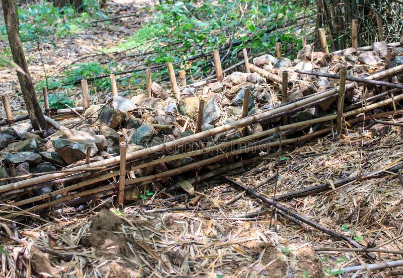 Czek tama robić lokalnymi materiałami; drewno, ziemia, kamienny etc, zdjęcia stock