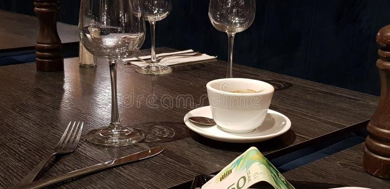 Czek z wypłatą na słuzyć stole w restauracji obraz stock