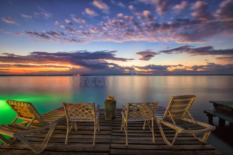 Czekać na wschód słońca na dennej plaży obrazy royalty free