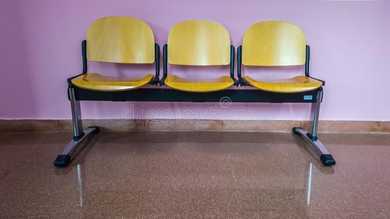 Czekać krzesła z menchii ścianą fotografia royalty free