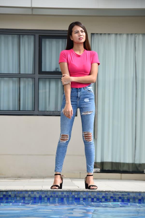 Czekać Młodocianej filipinka kobiety Przy mieszkaniem własnościowym obraz royalty free