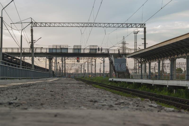 Czekać na pociąg jechać daleko od obrazy stock