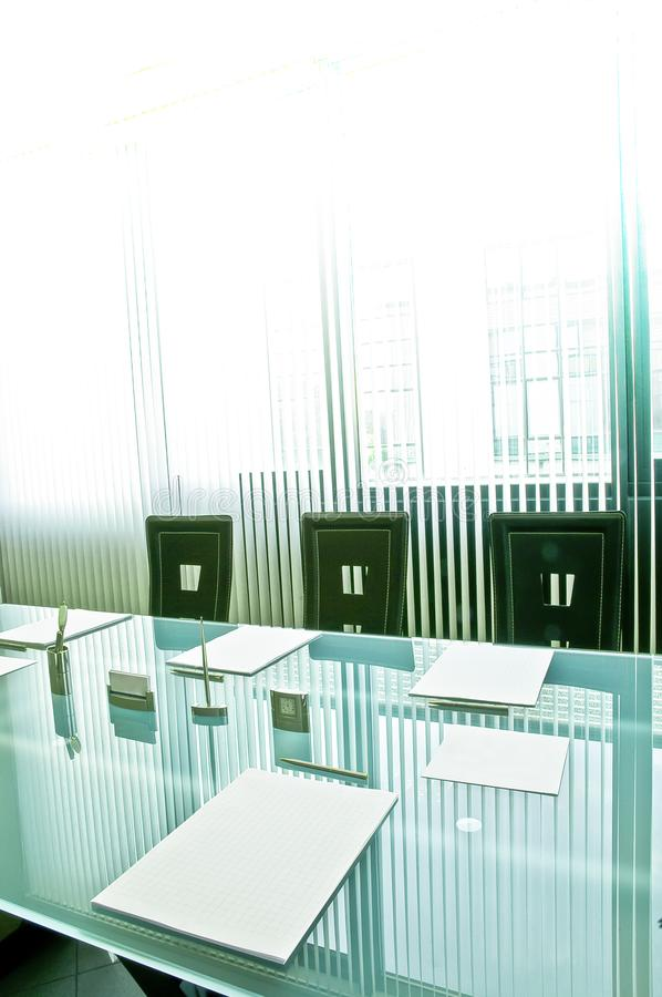Czekać spotkania Krystaliczny stołu set z papierów ochraniaczami dla notatek, piór i wizytówek, odbija zasłony z fotografia stock