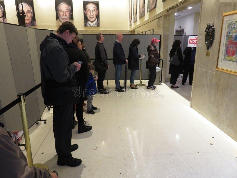 Czekać w linii Głosować w połowa semestru wyborach zdjęcie royalty free