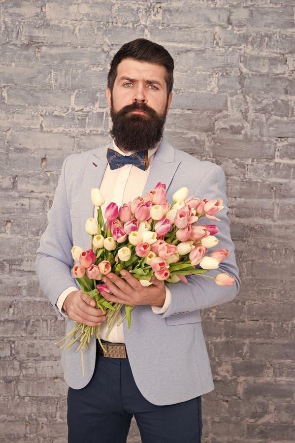 Czeka? jego dziewczyny Romantyczny m??czyzna z kwiatami Romantyczny prezent Macho dostaje gotowa romantyczna data Tulipany dla obraz royalty free