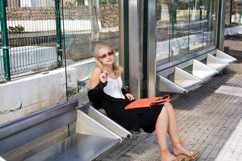 czekanie autobusowa kobieta obraz stock