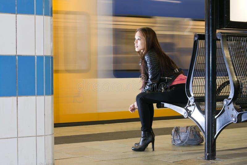 Czekanie kobieta przy dworcem fotografia royalty free