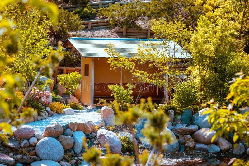 Czekanie teren przy herbacianym domem przy japończyków ogródami w Frederik Meijer uprawia ogródek obrazy stock