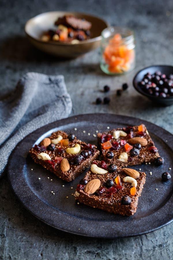 Czekolada chuchał quinoa bary z liofilizującym czarnym rodzynkiem, candied melonowem, nerkodrzew dokrętkami, migdałami i cranberr obrazy stock