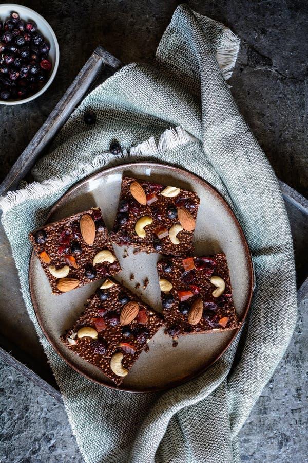 Czekolada chuchał quinoa bary z liofilizującym czarnym rodzynkiem, candied melonowem, nerkodrzew dokrętkami, migdałami i cranberr zdjęcia royalty free