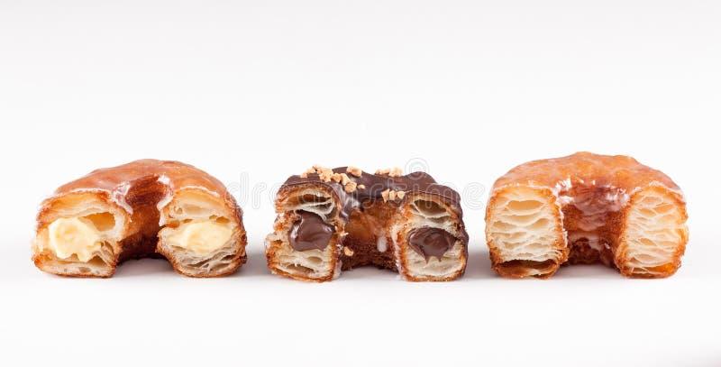 Czekolada, croissant i pączek mikstura, śmietanki i oryginału obrazy royalty free