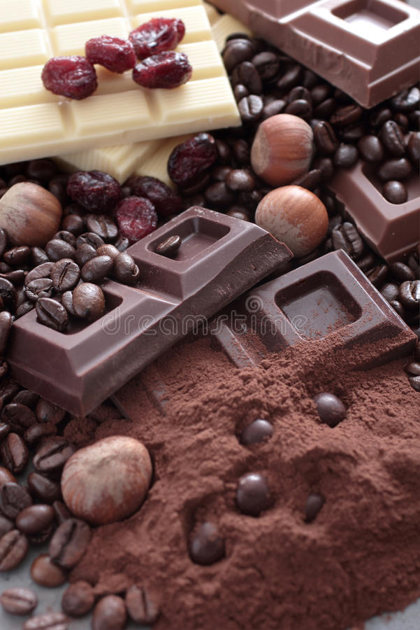 Czekolada i kakaowy ciosu biel mleko w barach zdjęcie stock