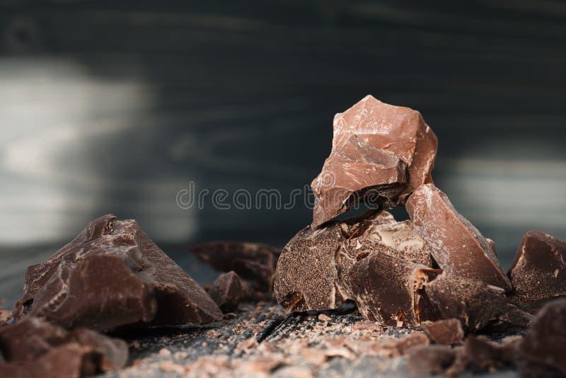 Czekolada kawałki na ciemnym backround zdjęcie royalty free