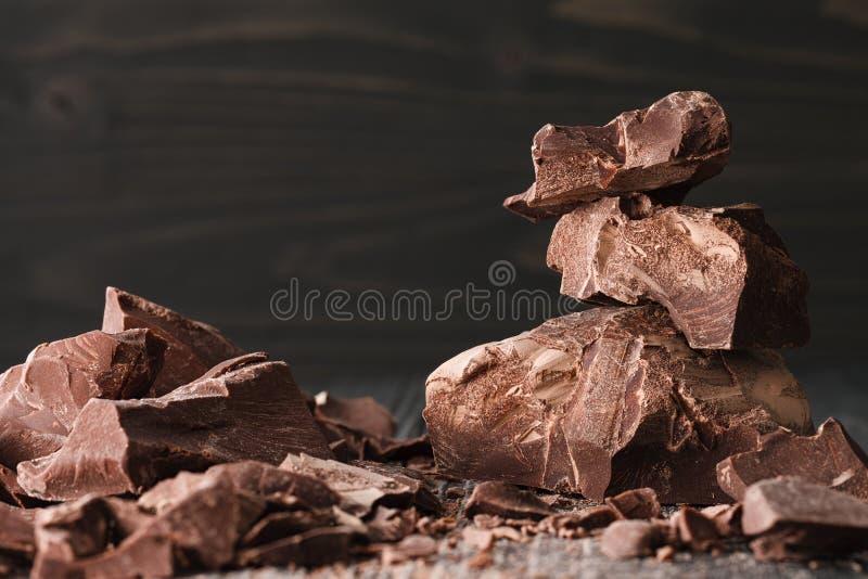Czekolada kawałki na ciemnym backround obrazy stock