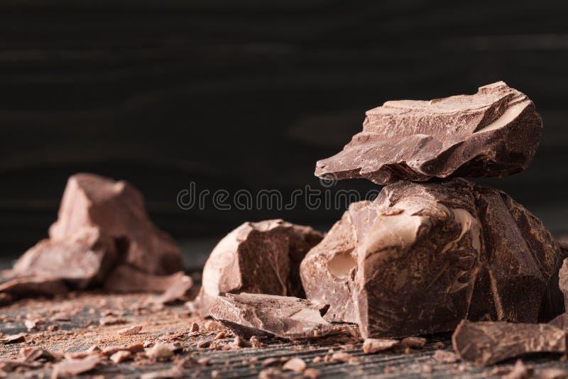 Czekolada kawałki na ciemnym backround fotografia stock