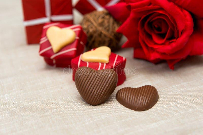 Czekolada, prezenta pudełko i kwiaty, obraz stock