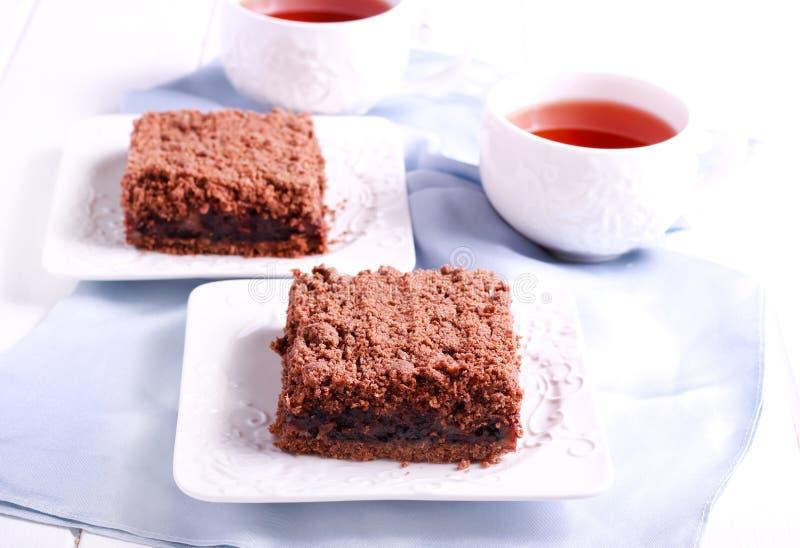 Czekolada rozdrobni tort z czereśniowym plombowaniem, zdjęcia royalty free
