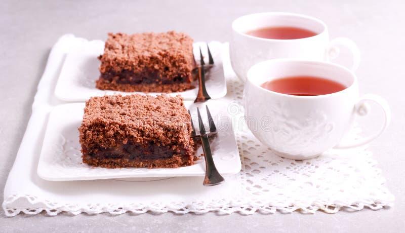Czekolada rozdrobni tort z czereśniowym plombowaniem zdjęcia stock