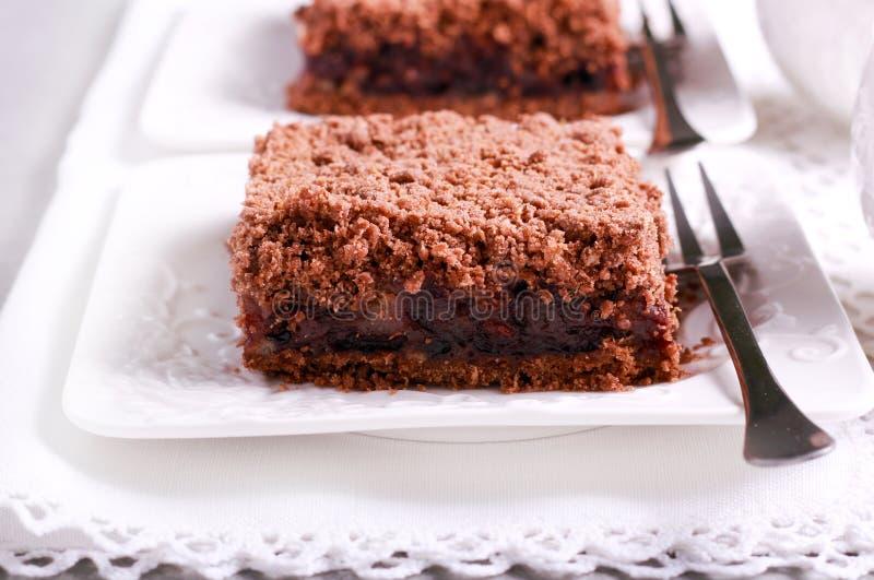 Czekolada rozdrobni tort z czereśniowym plombowaniem zdjęcie stock