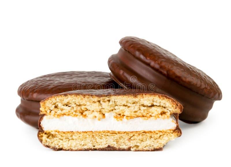 Czekoladowa biskwitowa kanapka i połówka na bielu, odizolowywającym obraz stock