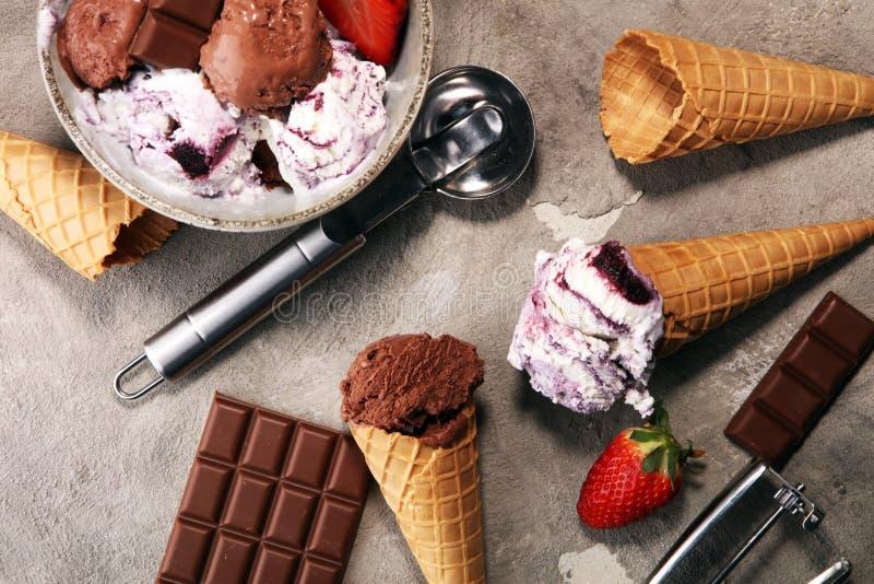 Czekoladowa kawowa lody piłka w samochód dostawczy, pucharze i truskawka i zdjęcia stock