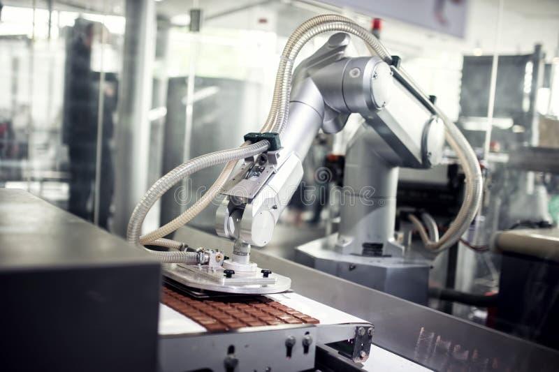 Czekoladowa linia produkcyjna w przemysłowej fabryce fotografia stock